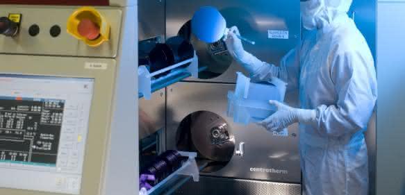 Ein Ofensystem im Reinraum des Fraunhofer-Institut IISB in Erlangen. Das neue, von der DFG geförderte Ofensystem für das Reinraumlabor wird erweiterte Möglichkeiten zur Herstellung von Halbleitern bieten. (Bild: Kurt Fuchs)