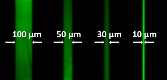 Fluoreszente Muster mit bis zu zehn Mikrometer kleinen Merkmalen lassen sich mit dem neuen Verfahren auf Oberflächen erzeugen. (Abbildung: Angewandte Chemie)