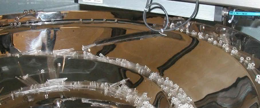 """Die Entladeelektrode über dem Schwingförderer verhindert das """"Verkleben"""" von Bauteilen und damit Störungen in der Montage. (Bilder: Eletex)"""