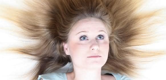 Elektrostatische Phänomene, bei Kleidung lediglich ärgerlich, können die Prozesse der Kunststoffverarbeitung an vielen Stellen stören. Abhilfe schafft entsprechend ausgewählte Technologie. (Bild: Fotolia)