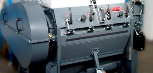 Die Trichtermühle mit schallgedämmtem Mahlgehäuse sowie mit zusätzlichen Bypass-Trichtern an der Seite und an der Rückwand kann auch für die Zerkleinerung von Rohren, Profilen und Plattenmaterial eingesetzt werden. (Bilder: Getecha)