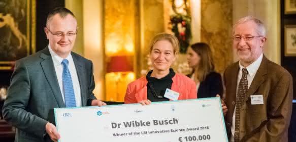 Preisverleihung in Brüssel (von links): Dr. Nicolas Cudré-Mauroux (Solvay), Dr. Wibke Busch (UFZ), Dr. Bruno Hubesch (LRI). (Foto: LRI)