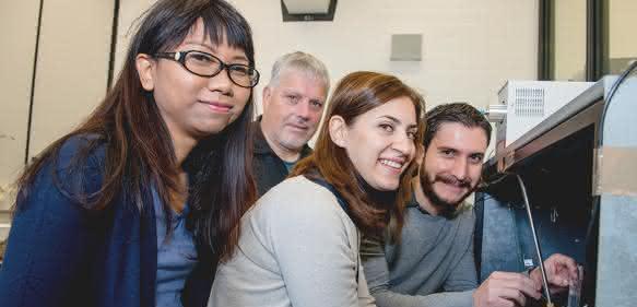 Das Bochumer Entwicklerteam: Piyanut Pinyou, Wolfgang Schuhmann, Sabine Alsaoub und Felipe Conzuelo (von links).  (© RUB, Marquard)