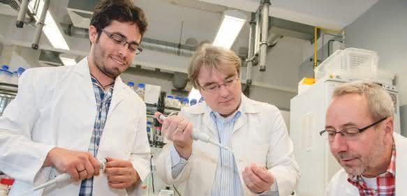 Ihnen gelang die Entdeckung: Luis Daniel Cruz-Zaragoza, Prof. Dr. Ralf Erdmann, Prof. Dr. Wolfgang Schliebs (von links). (© RUB, Marquard)