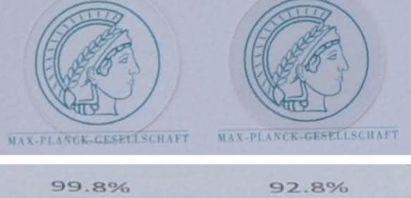 Minerva mit Tarnkappe: Die beiden linken Abbildungen zeigen das Emblem unter einer Quarzglasoberfläche mit 450 nm hohen Säulen, die beiden rechten unter einer unstrukturierten Referenz. Der Durchmesser der Abbildungen beträgt jeweils 25 mm. Die beiden oberen Bilder wurden unter einem Beobachtungswinkel von 0° aufgenommen, die beiden unteren unter einem Winkel von 30°. Die Prozentangaben beziehen sich auf die Transmission (oben) beziehungsweise die Reflexion (unten). (© Zhaolu Diao)