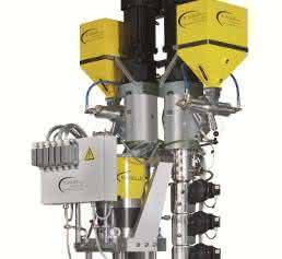 Auf geringer Fläche hohe Extrusionsleistung unterbringen mit dem Vertikalextruder. (Bilder: W. Müller)