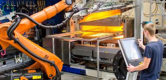 Im Prozess-Entwicklungszentrum am Institut für Leichtbau und Kunststofftechnik der TU Dresden setzten die Forel-Wissenschaftler den im Leika-Projekt konzipierten, kombinierten Press- und Hinterspritz-Prozess um. (Bild: TUD/ILK)