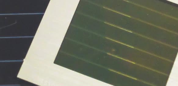 Prototypen der Tandem-Solarmodule, bestehend aus einem semitransparenten Perowskit-Solarmodul (rechts/vorne) und einem CIGS-Solarmodul (links/hinten). (Bild: imec/ZSW/KIT)