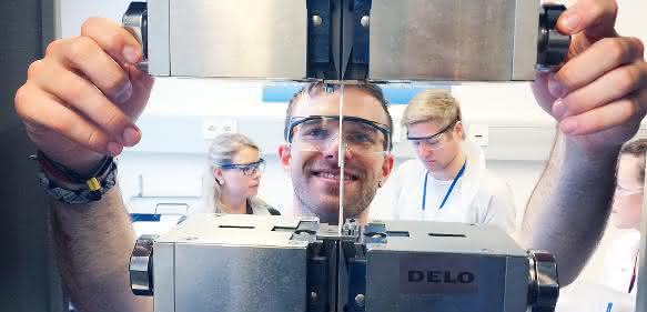 Student bei der Arbeit im Uni-Labor