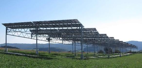 Die Agrophotovoltaik-Pilotanlage in Heggelbach am Bodensee kombiniert Strom- und Nahrungsmittelproduktion. ©Fraunhofer ISE