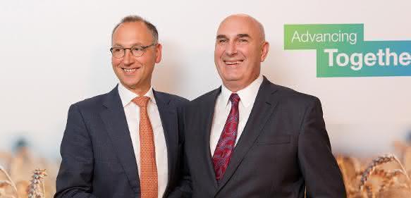 Werner Baumann (links), Vorsitzender des Vorstands der Bayer AG, und Hugh Grant, Chairman und Chief Executive Officer von Monsanto. (Bild: Bayer AG)