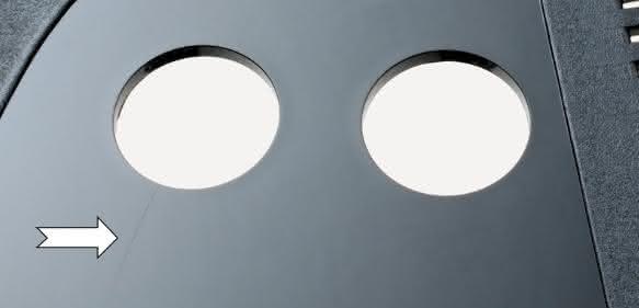 Eine neuartige, sehr schnell und partiell arbeitende Temperierlösung für Spritzgießwerkzeuge, soll dabei helfen, Oberflächenfehler zu vermeiden und sehr geringe Wanddicken prozesssicher zu realisieren. Zum Vergleich: Der linke Bereich (Pfeil) des abgebildeten Eiskratzers wurde konventionell temperiert und zeigt eine Bindenaht; der rechte Bereich hingegen wurde mit dem Z-System gefertigt. (Bilder: Hotset)
