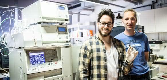 Lukas Grumet (l.) und Achim Lass vor ihrem eigens für Vitamin A kalibrierten Analysegerät Fotonachweis: Yan Jia Jun