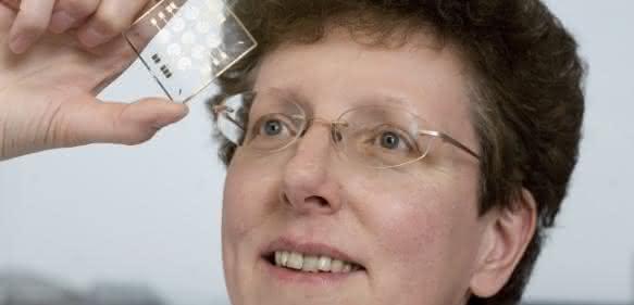 Prof. Dr. Andrea Robitzki mit einem Biochip. (Foto: Universität Leipzig / Franziska Frenzel)