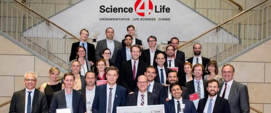 Science4Life Venture Cup 2016: Die Gewinner mit den Schirmherren der Gründerinitiative, dem Hessischen Wirtschaftsminister Tarek Al-Wazir (links) und Prof. Dr. Jochen Maas, Geschäftsführer Forschung und Entwicklung der Sanofi-Aventis Deutschland GmbH (rechts).