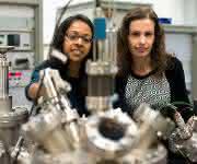 Sie forschen an neuen Katalysatoren, die Kohlendioxid umwandeln: Hemma Mistry (links) und Beatriz Roldan Cuenya (© RUB, Kramer).