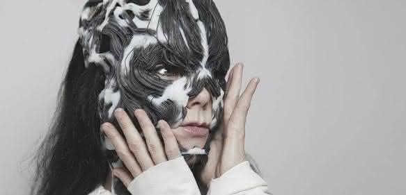 Sängerin Björk mit ihrer Maske