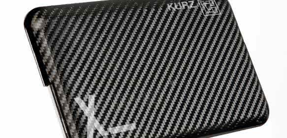 Eine neue Materialkombination soll in Verbindung mit der speziellen Trockenlacktechnologie fertig dekorierte Gehäuseteile für elektronische Geräte mit besonders geringer Wanddicke in einem Prozessschritt ermöglichen. Bild: Lanxess)