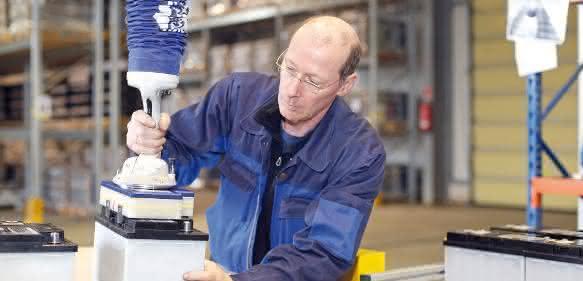 Der Vakuum-Schlauchheber JumboFlex ermöglicht ein ermüdungsfreies und werkstückschonendes Arbeiten. (Fotos: Schmalz)