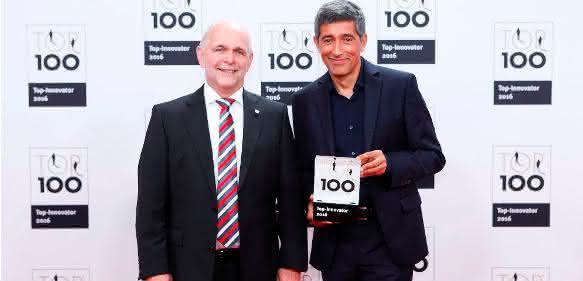 Rangar Yogeshwar überreichte Johannes Winklhofer die Ehrung als Top 100-Mittelstandunternehmen. (Foto: iwis)