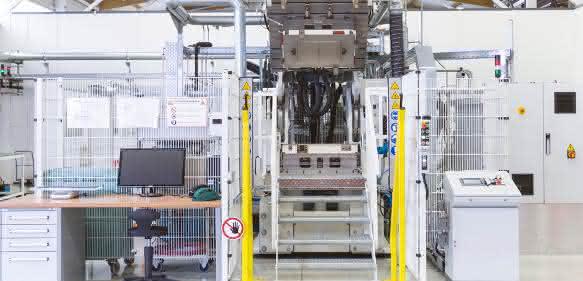 Optimale Bedingungen für die Produktion von Composite-Bauteilen in der Automobilproduktion sollen Unternehmen auf einer neuen Testanlage in Heidelberg erarbeiten könne. (Bild: Henkel)
