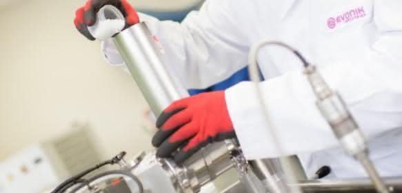 Forschung an neuen Lösungen: Im Projekthaus Medical Devices in Birmingham (Alabama, USA) werden verbesserte Materialien für die Medizintechnik entwickelt. Hier ein Mitarbeiter beim Befüllen eines Extruders mit einem Polymergranulat.