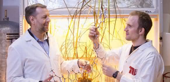 Prof. Dr. Roderich Süssmuth (links) und Daniel Petras
