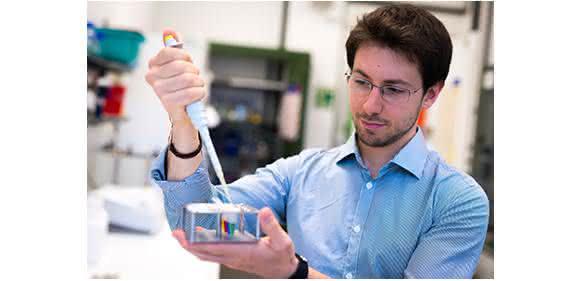Doktorand Francesco Righetti sucht nach den Thermometern von Bakterien. (© RUB, Kramer)