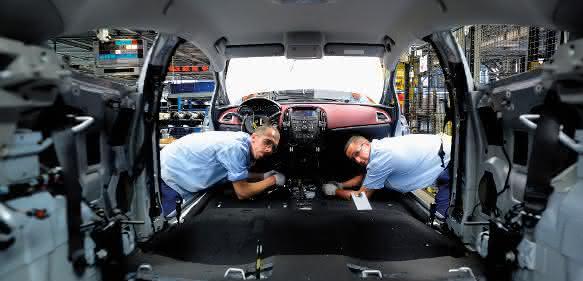 Arbeit in der Automobilproduktion