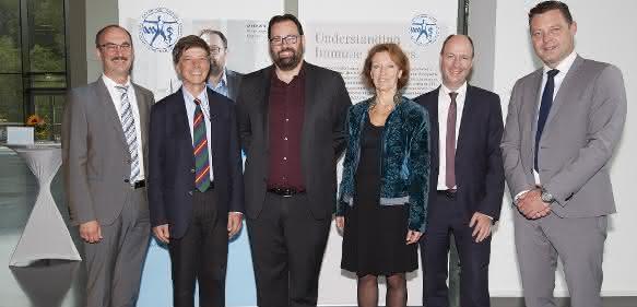 Verleihung des Eppendorf Award for Young European Investigators 2016 (von links): Axel Jahns (Eppendorf AG), Reinhard Jahn (MPI for Biophysical Chemistry), Adrian Liston (VIB/KU Leuven), Maria Leptin (EMBO), Wilhelm Plüster (Eppendorf AG) und Bas Poirters (Eppendorf Nederland & Eppendorf Belgium). (©EMBL Photolab)