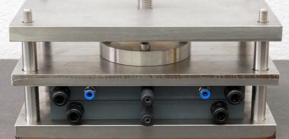Nur aus Luft und Wasser stellen Fraunhofer-Forscher in dieser elektrolytischen Zelle mit Strom Wasserstoffperoxid für den dezentralen Einsatz her. (© Foto Fraunhofer IGB)