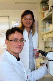 Prof. Dr. Karina Reiß (hinten) und Dr. Anselm Sommer, Exzellenzcluster Entzündungsforschung und Klinik für Dermatologie, Venerologie und Allergologie UKSH Kiel, erforschen Enzyme (Proteasen) und deren Hemmstoffe, die von Bedeutung für Entzündungskrankheiten sind. (Foto: Kerstin Nees)