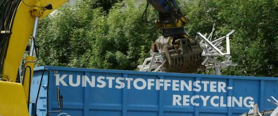 Rund 125.000 Tonnen PVC-Abfälle, unter anderem Fensterprofile, werden pro Jahr in Europa stofflich wiederverwertet. Aus den Regeneraten lassen sich wieder Produkte für die Baubranche wie Profile und Rohre herstellen. (Bild: Messe Düsseldorf, Rewindo)