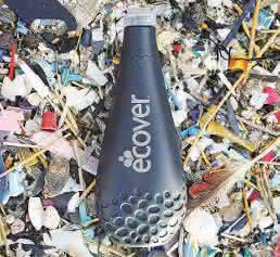 Für die extrusionsblasgeformte Spülmittel-Flasche aus Polyethylen setzt der Hersteller von ökologischen Reinigungsmitteln Ecover Belgium Kunststoffmüll ein, den Fischer aus dem Meer gesammelt haben. (Bild Ecover)
