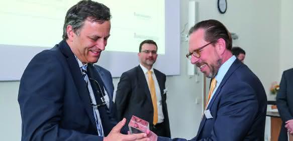 """Steffen Zauner übergab Robert Lackermeier den Lieferantenpreis in der Kategorie """"Hydraulik und E-Antriebe"""""""