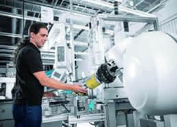 Kollaborierender Roboter in der manuellen Montage: Uschi übernimmt den Teiletransport