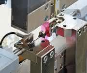 Roboter-Prüfsystem für automatisierte Zugversuche