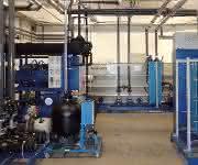 Großkühlanlage zur Hydraulik- und Werkzeugkühlung von 70 Spritzgießmaschinen (1.000/400 kW Kühlleistung). Bilder: Weinreich)
