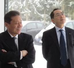 Mitutoyo Sadayuki Matsumiya links und Europa-Präsident Harumi Aoki