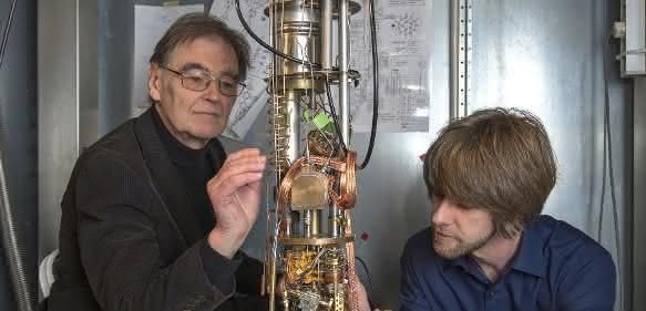 Prof. Dr. Erwin Schuberth (TUM) und Dr. Marc Tippmann (TUM) am Hochleistungskryostaten im Walther-Meißner-Institut. (Bild / Fotograf: Marc Tippmann / TUM)