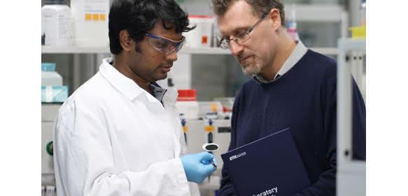 Raffaele Mezzenga (rechts) und Sreenath Bolisetty begutachten im Labor eine Probe ihrer neuartigen Filtermembran. (Bild: ETH Zürich / Laboratory for Soft Materials)