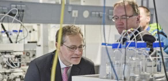 Dr. Birger Holz (rechts im Bild) erläutert dem Regierenden Bürgermeister von Berlin, Michael Müller, die Funktionsweise einer modernen HPLC-Anlage.