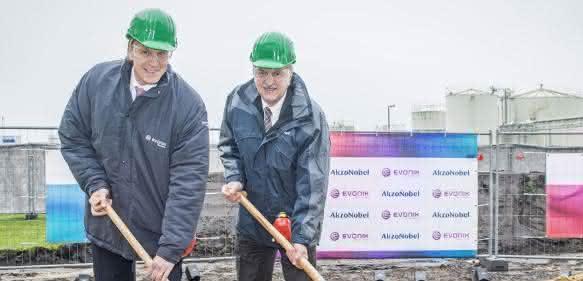 Dr. Ralph Sven Kaufmann, Vorstandsmitglied Evonik Industries, und Werner Fuhrmann, Mitglied des AkzoNobel-Vorstands verantwortlich für Specialty Chemicals