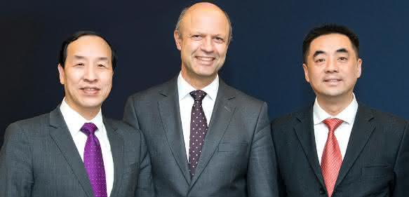 Akteure beim Eigentümerwechsel der Kraussmaffei Gruppe (v.l.): Ting Cai, Chairman und CEO der China National Chemical Equipment (CNCE), Frank Stieler, CEO der Kraussmaffei Gruppe, und Chen Junwei, CEO von Chemchina Finance. (Bild: Kraussmaffei)
