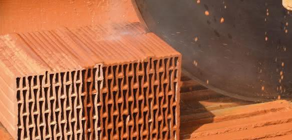 Ziegel schneiden mit einer Blocksteinsäge