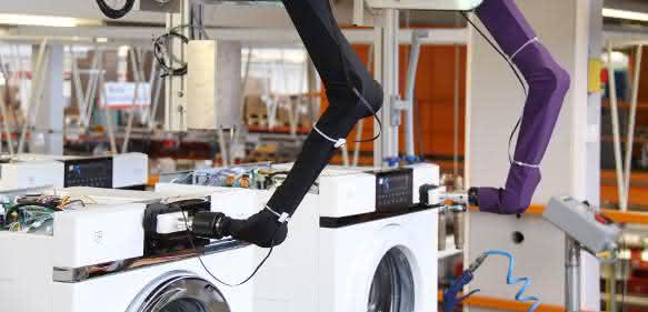Leichtbauroboter montieren Waschmaschinen