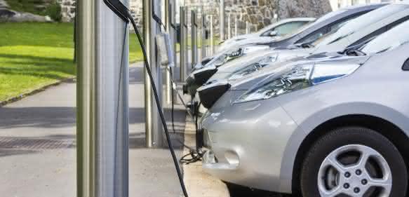 Elektrofahrzeuge beim Aufladen
