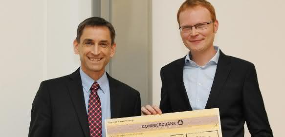 Dr. Ulrich von Hülsen (links), Mitglied der Geschäftsleitung von Pfeiffer Vacuum, übergab den mit 1000 Euro dotierten Preis an Dr. Andreas Mooser. (Foto: G. Otto, GSI)