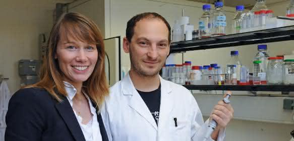 Professorin Stefanie Kürten und ihr Mitarbeiter Damiano Rovituso. (Foto: Robert Emmerich)