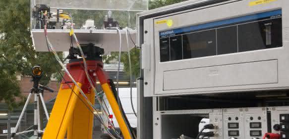 Blick auf die Elektronik-Box und das Infrarot-Laser-Modul. Im Hintergrund der Reflektor.